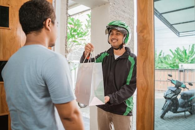 Homem compras on-line e entregue