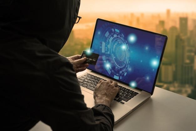 Homem compras on-line via laptop e pagar com cartão de crédito