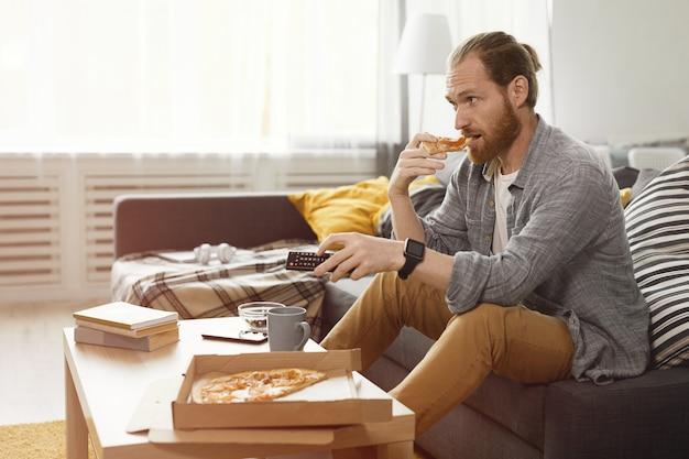 Homem compulsão assistindo tv