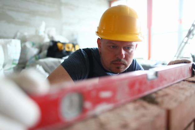Homem concentrado no capacete de segurança