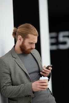 Homem concentrado que lê sms