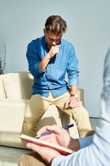 Homem concentrado tentando resolver seu sentimento