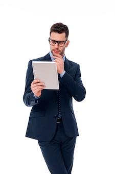 Homem concentrado trabalhando com um tablet digital