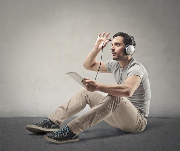 Homem, conectando, fones, para, seu, cérebro