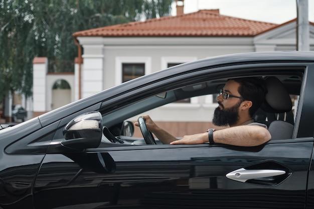 Homem confiante dirigindo um carro