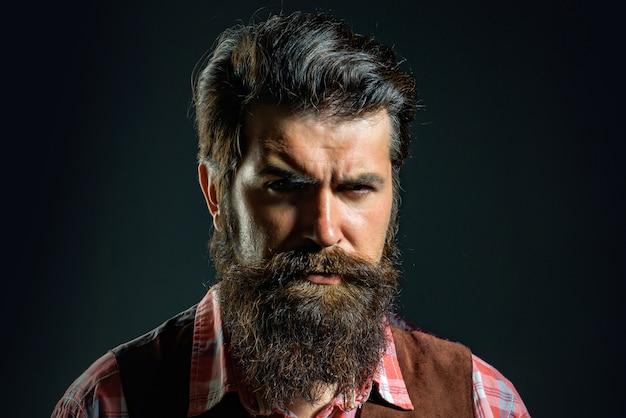 Homem confiante e bem vestido com barba