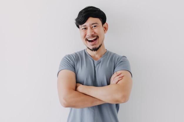 Homem confiante e feliz em camiseta azul isolado no fundo branco