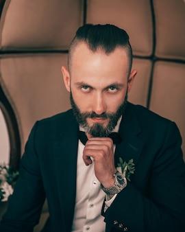 Homem confiante em um terno de casamento.