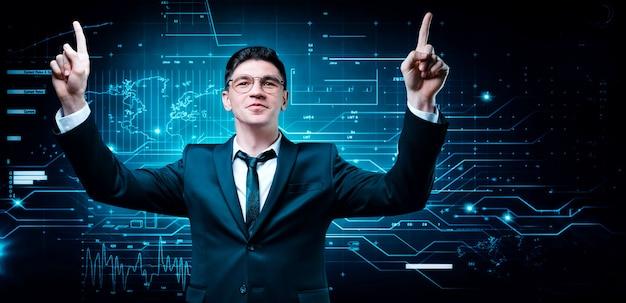 Homem confiante em um terno de negócio no fundo de um holograma da bolsa de valores
