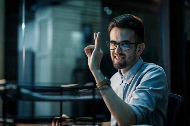 Homem confiante, mostrando o gesto ok