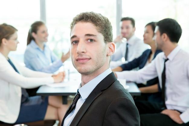 Homem confiante que participa no conselho de administração