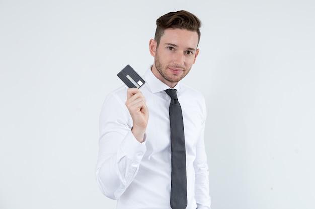 Homem confiante que usa o cartão de crédito para ser móvel