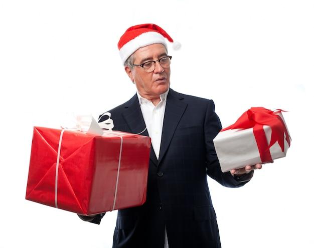 Homem confuso com dois presentes