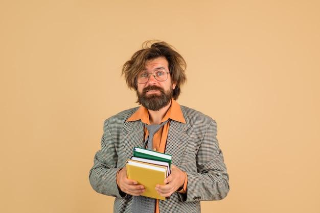 Homem confuso com livros, escritório, ceo, empresário barbudo, com livros, escritório, conceito, bagunçado