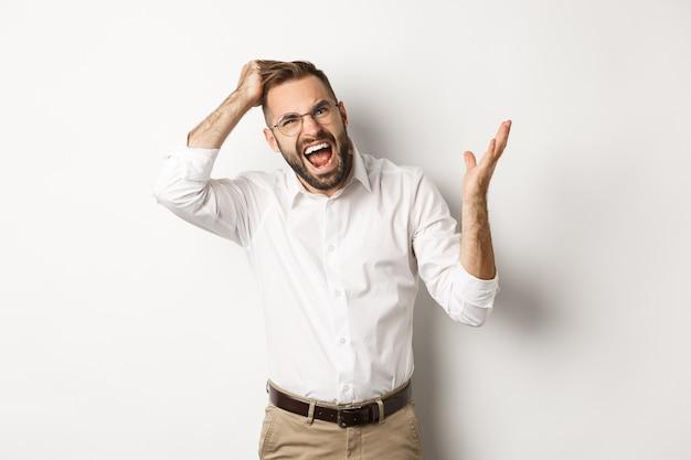 Homem confuso e irritado coçando a cabeça, discutindo e reclamando, de pé