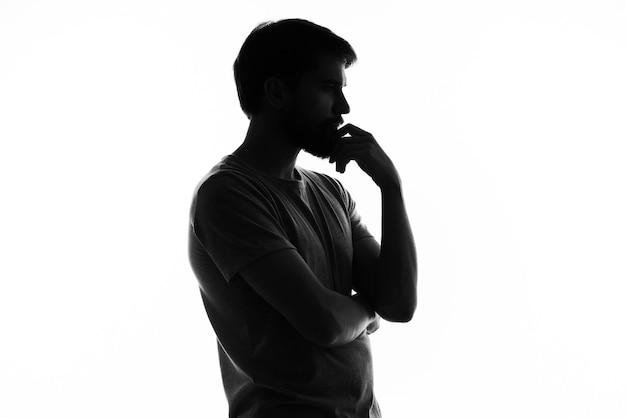 Homem confuso, gesticulando com as mãos emoções silhueta fundo branco.