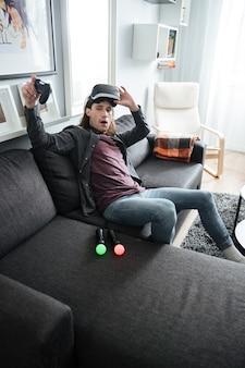 Homem confuso sentado em casa jogar jogos com óculos 3d