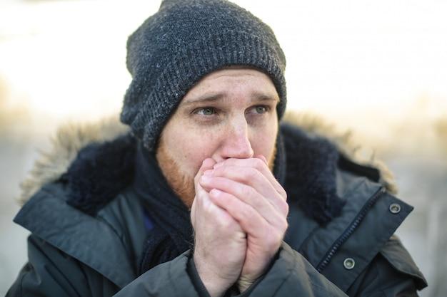 Homem congelando no frio lá fora