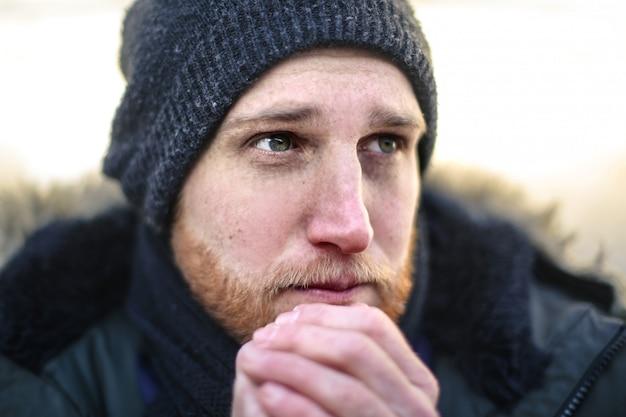 Homem congelando no frio