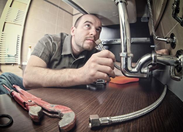 Homem consertar tubo