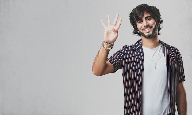 Homem considerável novo que mostra o número quatro, símbolo da contagem, conceito da matemática