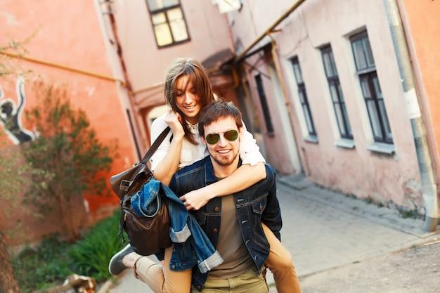 Homem considerável que dá às cavalitas à sua namorada