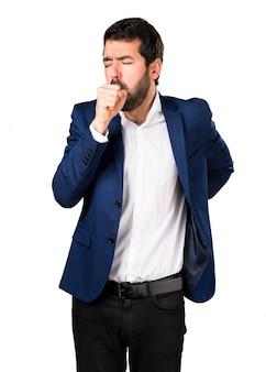 Homem considerável tossindo muito