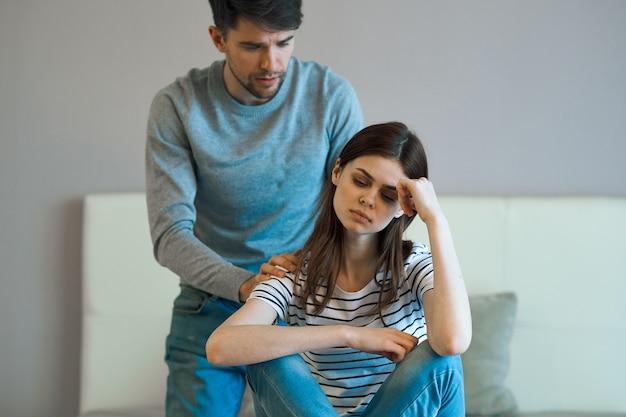 Homem consolando namorada chateada