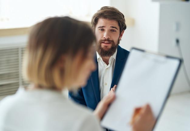 Homem conta seus problemas para uma consulta com psicólogo em transtorno de depressão Foto Premium