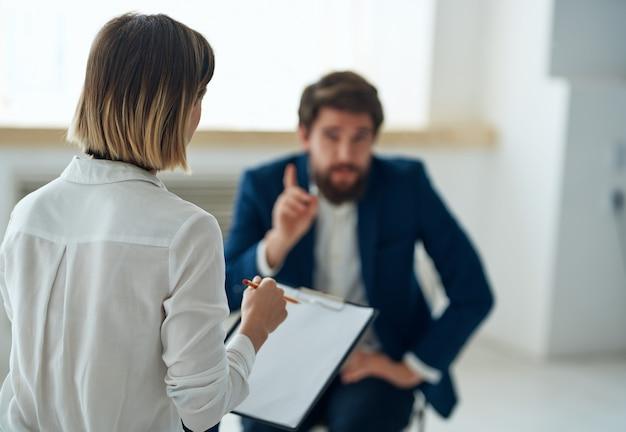 Homem conta seus problemas para uma consulta de psicólogo sobre transtorno depressivo
