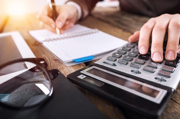 Homem contador com calculadora e documentos