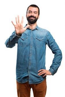 Homem contando cinco
