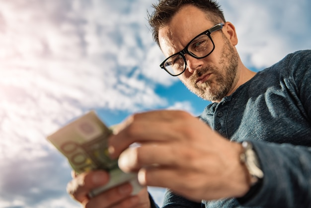 Homem contando dinheiro