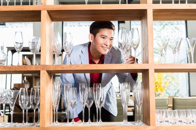 Homem coreano comprar óculos ou utensílios domésticos