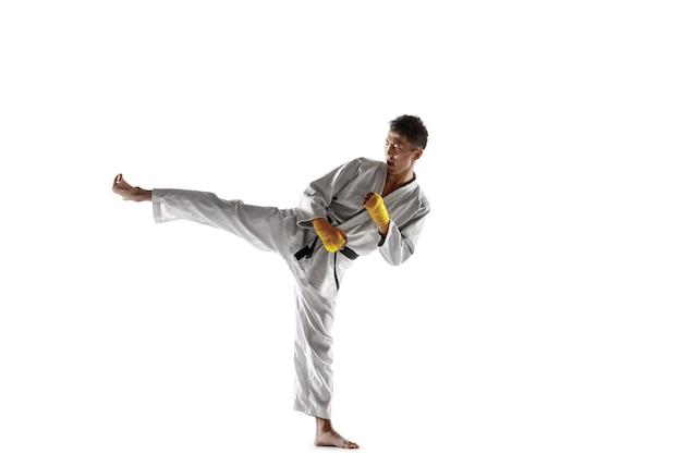 Homem coreano confiante no quimono, praticando combate corpo a corpo, artes marciais.