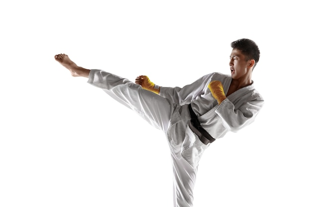 Homem coreano confiante usando quimono praticando combate corpo a corpo, artes marciais