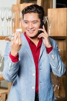 Homem coreano escolhendo itens domésticos