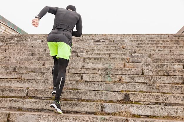 Homem, correndo, cima, escadas