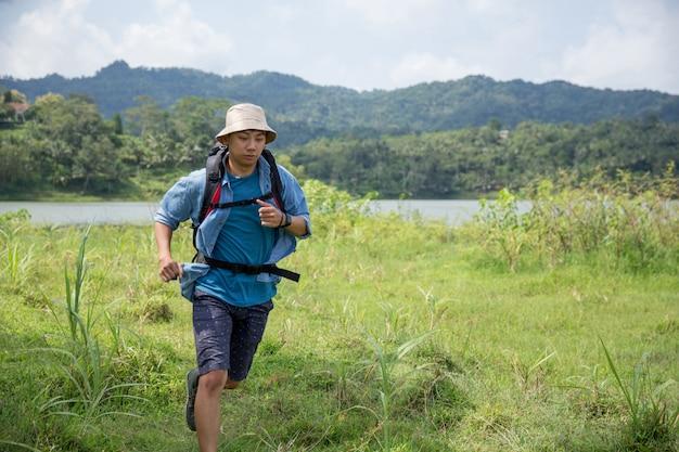 Homem correndo durante uma caminhada no exterior