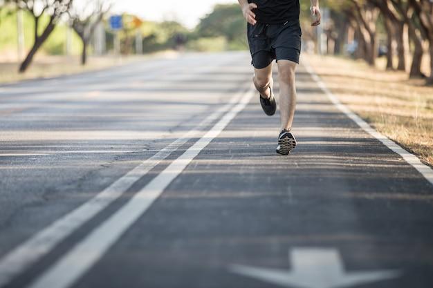 Homem correndo em uma estrada rural