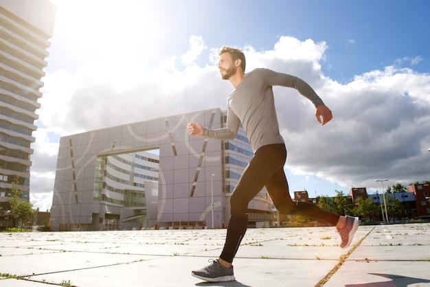 Homem correndo na cidade