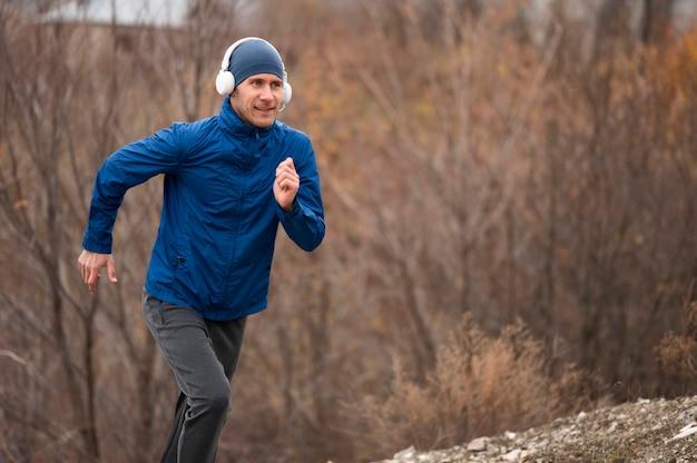 Homem correndo na trilha na natureza