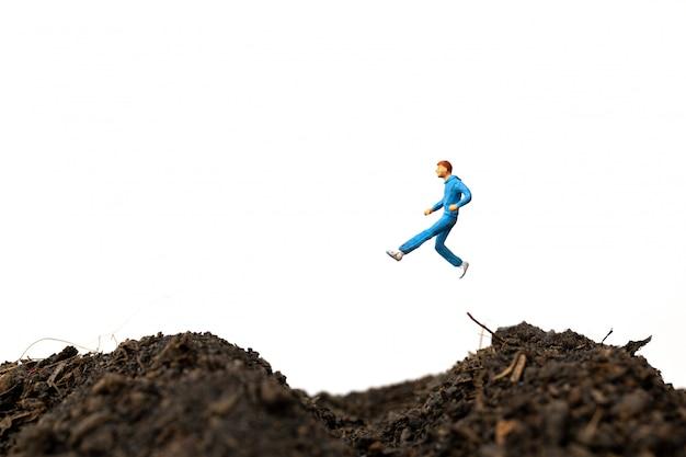 Homem correndo no chão isolado no fundo branco, correr para o conceito de saúde.