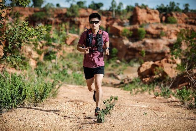 Homem correndo trilha na montanha