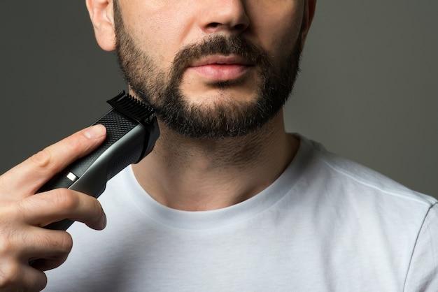 Homem corta a barba