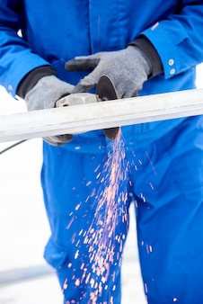 Homem corta a moldura do painel