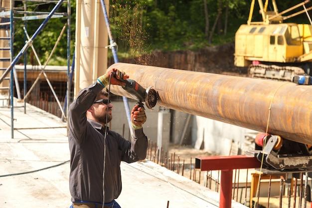 Homem corta produtos de aço flex