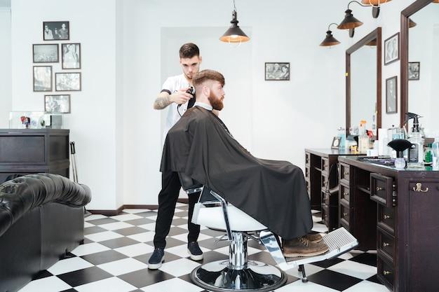 Homem cortando cabelo na barbearia