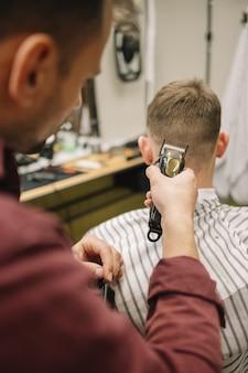 Homem cortando o cabelo em uma barbearia