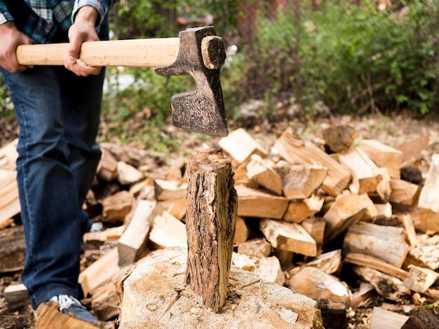 Homem cortando um pouco de madeira